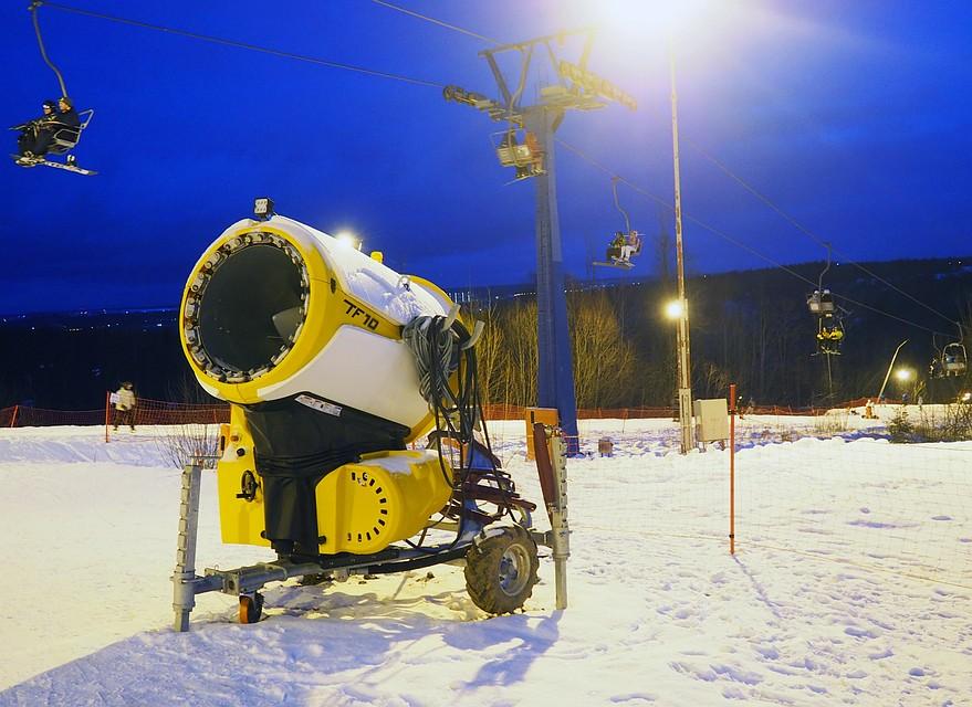 Искусственный снег и очереди на канатку: реально ли в Подмосковье кататься на лыжах этой аномальной зимой