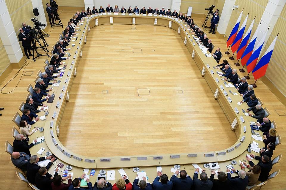 Обсуждение поправок к Конституции: Путин обещал сохранить понятия «папа» и «мама» и прописать индексацию зарплат